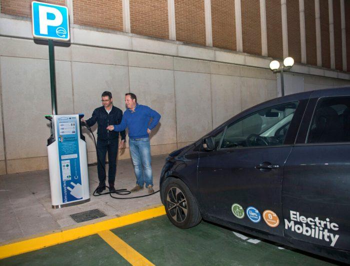 Almussafes inaugura la primera estació de recàrrega per a vehicles elèctrics d'accés públic de la Ribera Baixa