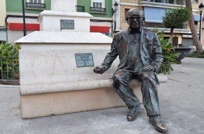 L'estàtua de Vicent Andrés Estellés està és la seua ubicació i en perfectes condiciones