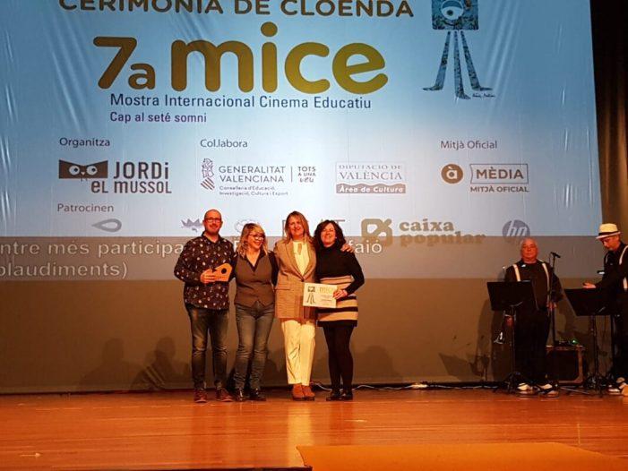 El CEIP Santa Bàrbara de Benifaió rep el seu premi MICE 2019 al centre escolar més participatiu d'aquesta edició