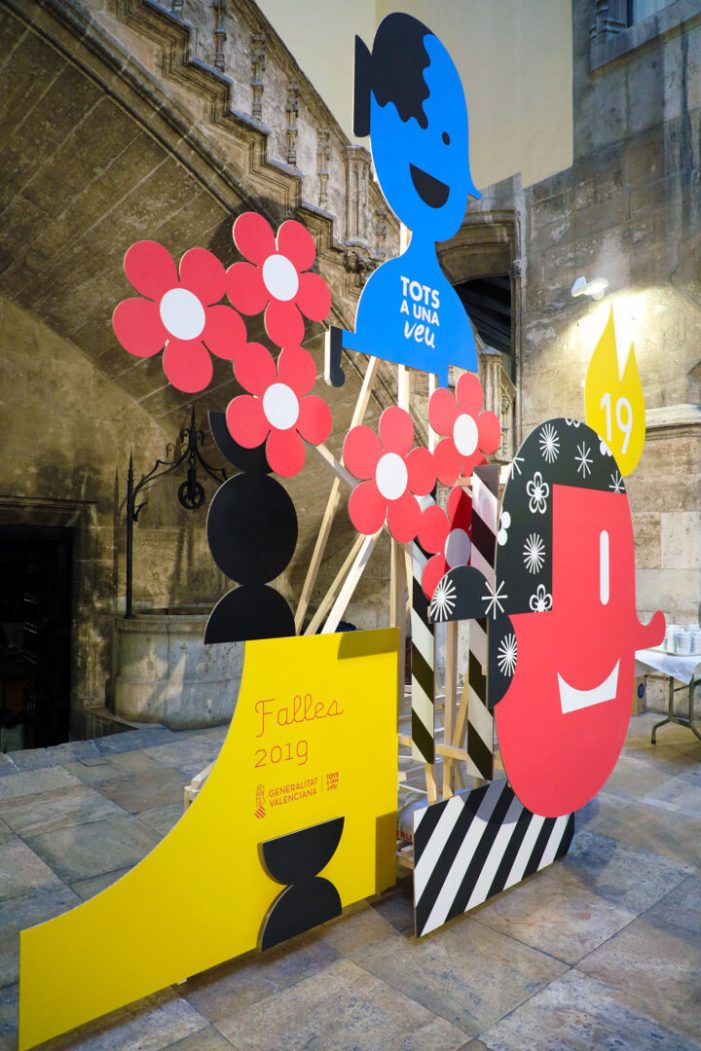 Les falles entren en el Palau de la Generalitat de la mà del disseny amb un monument gràfic que rendeix tribut al món fester