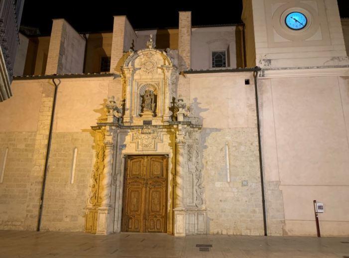 La portada barroca a la façana de l'església de Santa Caterina disposa d'una nova il·luminació