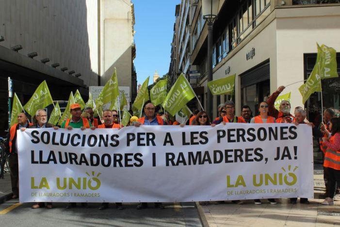 Prop de 1.000 persones de LA UNIÓ de Llauradors i Ramaders s'han concentrat hui davant la Delegació del Govern a València