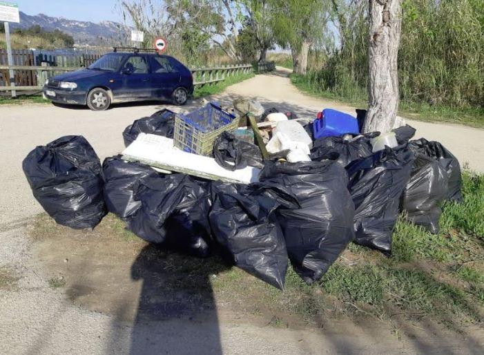 Voluntaris mediambientals retiren plàstics de l'Estany de Cullera