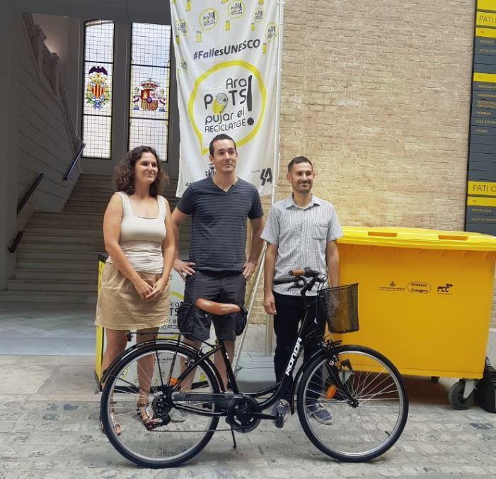 José Martínez Maeso ha rebut la bici de mans del regidor Sergi Campillo i la secretària autonòmica d'Emergència Climàtica i Transició Ecològica, Paula Tuzón