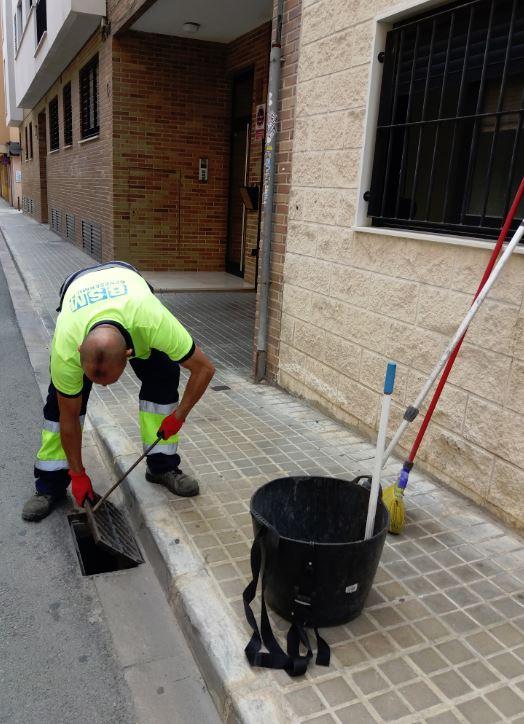 Benetússer actua de forma preventiva sobre els embornals del clavegueram municipal