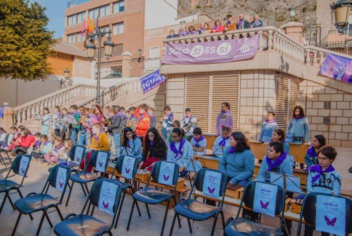 Cadires buides a Cullera per a simbolitzar les vides trencades de la violència masclista
