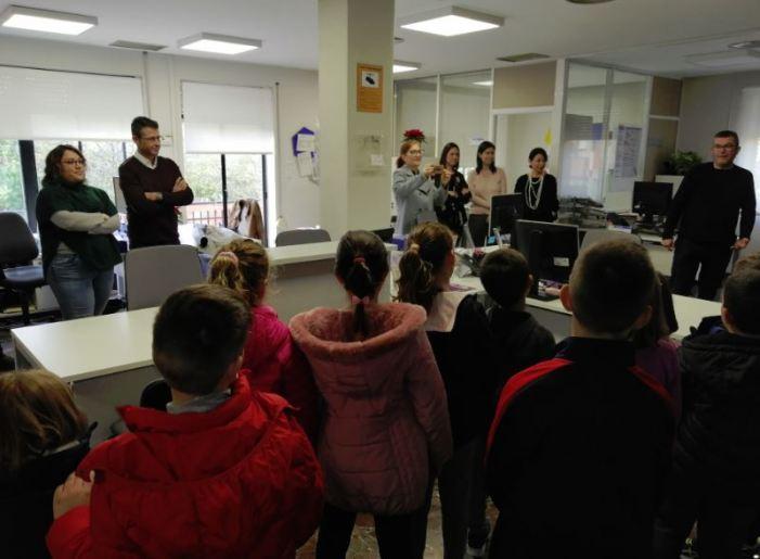 L'alumnat de 2n de Primària C del CEIP Almassaf celebra el Nadal cantant a l'Ajuntament d'Almussafes