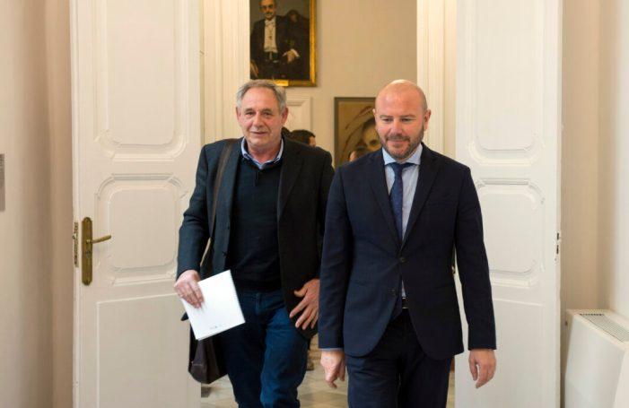 El president de la Diputació, Toni Gaspar, rep a l'alcalde de Càrcer, Josep Botella
