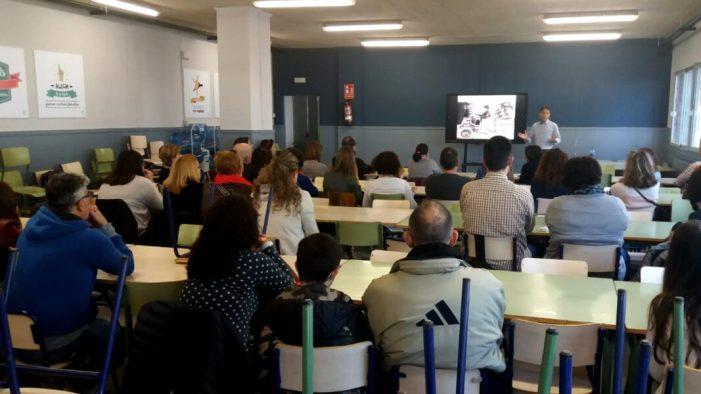 Més de 50 persones en la xarrada de la UPCCA de Paiporta sobre educació familiar en l'era digital