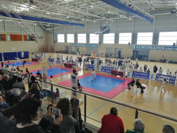 Més de 200 esportistes participen en el VI Trofeu Vila d'Almussafes de karate