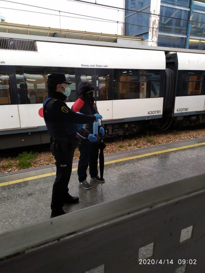 Efectius de la Policia i Protecció Civil reparteixen amb total normalitat màscares en els accessos al transport públic de Burjassot