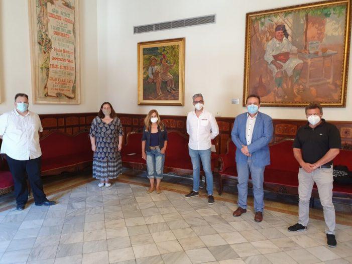 La neta del pintor Alfredo Claros renova la cessió d'una de les seues obres a l'Ajuntament de Sueca