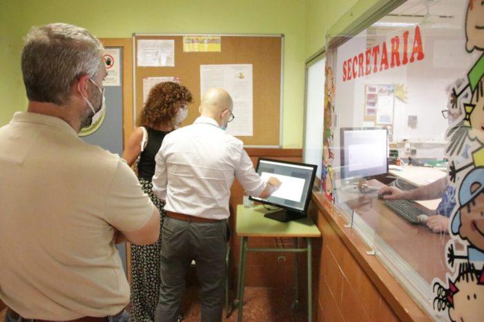 L'alcalde d'Alaquàs visita els centres educatius per a conèixer com ha sigut la tasca docent durant el confinament i veure les mesures de seguretat implantades per al període de matriculació