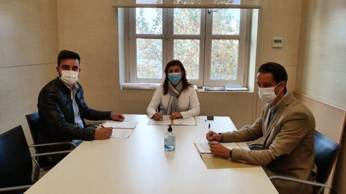 La regidora Isabel Lozano ha signat hui l'acord amb SOS Odontologia i amb el Col·legi Professional de Tècnics Superiors Sanitaris de la Comunitat Valenciana