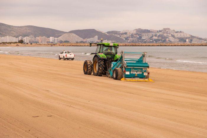 Cullera retira les canyes i deixalles de l'últim temporal a la platja del Marenyet