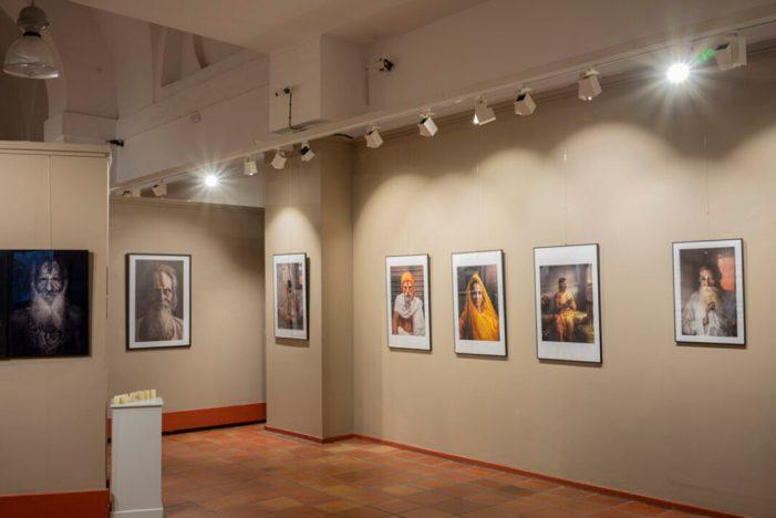 Els porxets de Sueca torna a obrir les seues portes al públic amb l'exposició fotogràfica 'Namasté' de Jordi Piris
