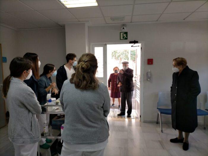 El Centre de salut de Benifaió inicia la vacunació de persones majors de 90 anys per a fer front al coronavirus