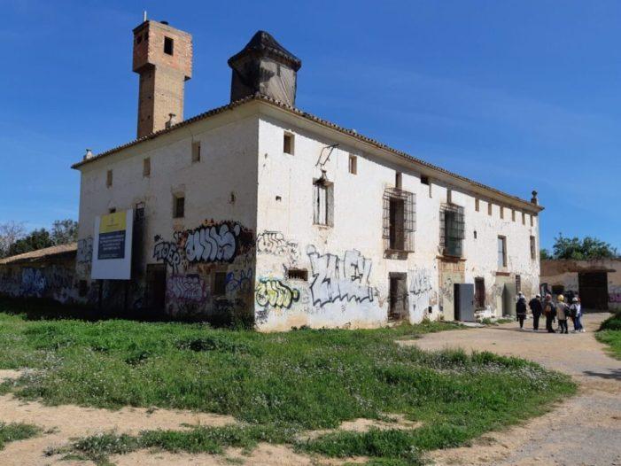 La regidora de Gestió de Recursos de l'Ajuntament de València, Luisa Notario, ha visitat este dilluns l'Alqueria Falcó,