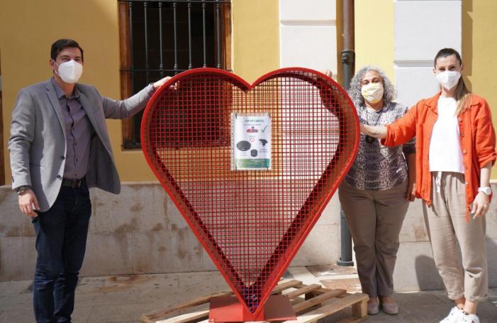 Burjassot se suma al repte de recollir taps que es convertiran en divertits bancs reciclats