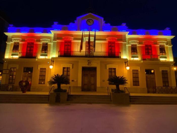 La façana de l'Ajuntament de Burjassot llueix ja la seua nova il·luminació