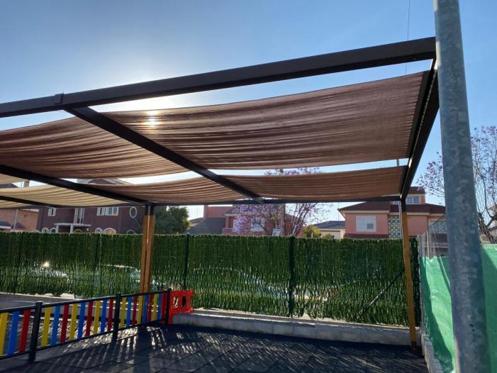 La Regidoria d'Educació de Sueca instal·la zones d'ombra en l'aulari provisional del CEIP Carrasquer