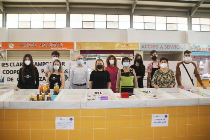 """La cooperativa """"Persones de confiança"""" de l'Institut Clara Campoamor ven els seus productes al mercat municipal d'Alaquàs"""