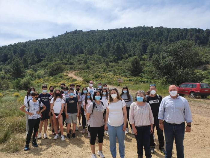 Rosa Albiach guia a l'alumnat de l'IES de Torís en la seua visita a La Carència