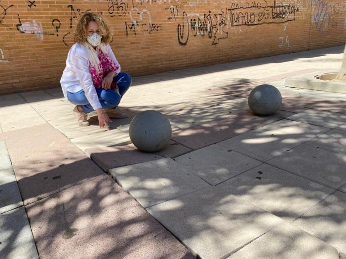 Folgado visita la Pl. Pintor Miró de Torrent i demana manteniment per a evitar caigudes a causa del mal estat de les rajoles