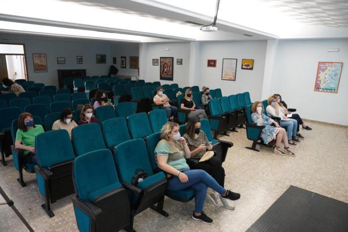 Especialistes d'estètica i perruqueria d'Alginet reben un taller de Google My Bussines