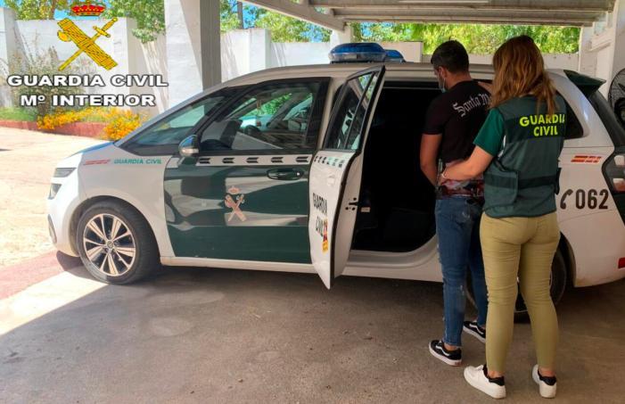 La Guàrdia Civil deté a un home implicat en un robatori amb violència i intimidació ocorregut en un domicili, en la localitat de Riba-roja de Túria