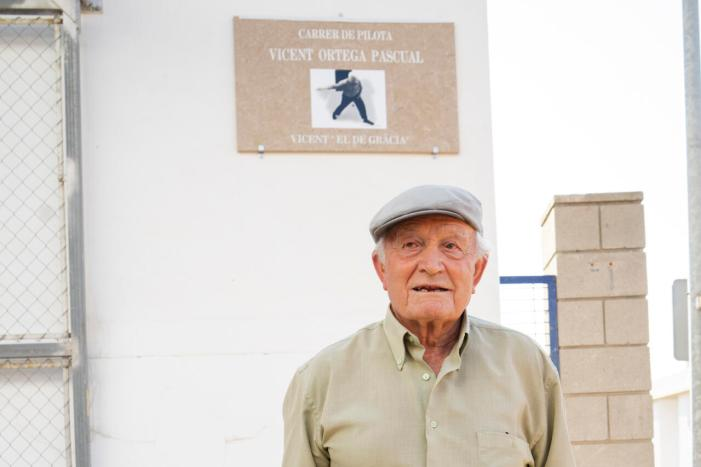 Gavarda reconeix la figura de Vicent Ortega Pascual, 'el de Gràcia', donant el seu nom al carrer de pilota