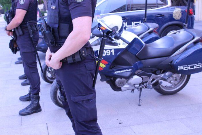 La Policia Nacional deté a un home que va intentar escanyar a la seua parella en la via pública