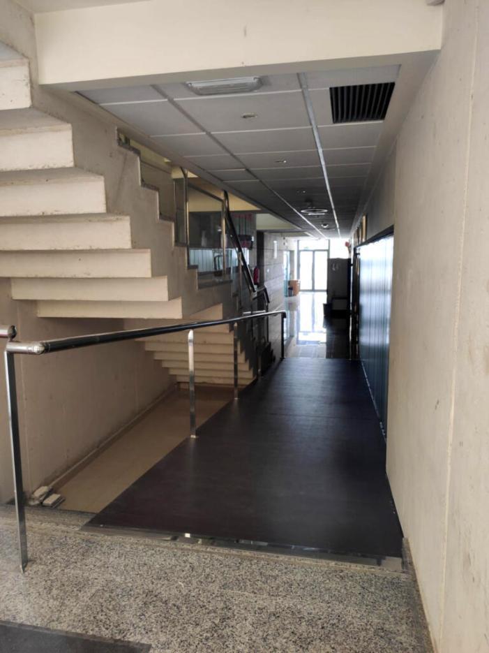 Finalitzen les obres per a col·locació d'una rampa d'accés en l'edifici de la Nostra Veu d'Alzira