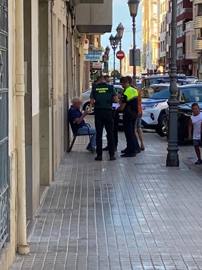 La Policia Local redueix a una persona que es negà a identificar-se en ser denunciat per una dona per haver-la denigrat