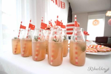 Hier findest du ein superleckeres Rezept für erfrischende Grapefruit-Rosmarin-Limonade! Perfekt für Sommerpartys!