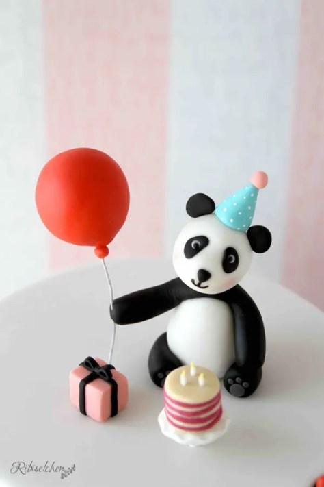 Ein modellierter Geburtstags - Pandabär aus Fondant