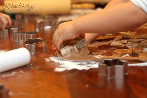 Kinderhände stechen Kekse aus