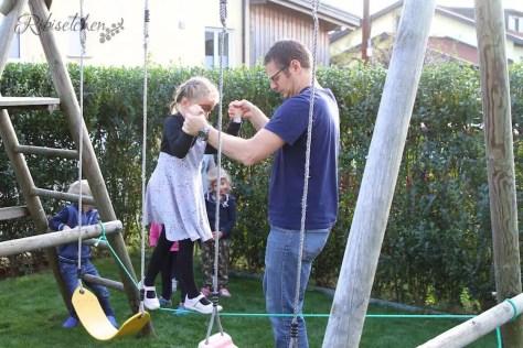 Partyspiel Dschungelparcours: Mädchen balanciert über Seil