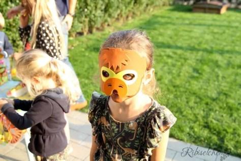Kind mit Affenmaske bei der Dschungelparty