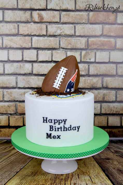 American Football Torte mit Rice Krispies Football
