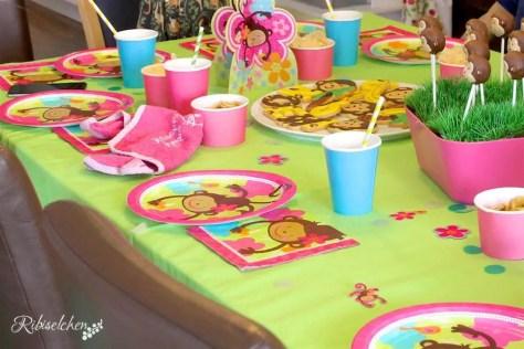 gedeckter Tisch bei der Dschungelparty