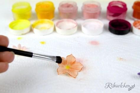 Zuckerblüte wird mit Pulverfarben bemalt