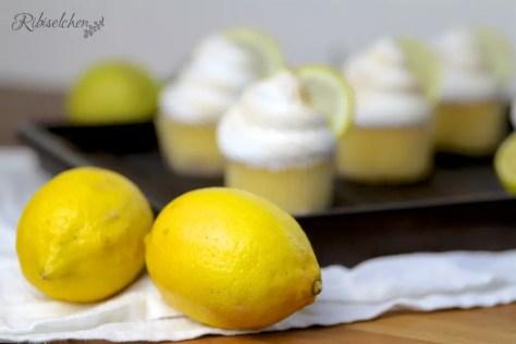 Zitronen und im Hintergrund Limoncello Cupcakes