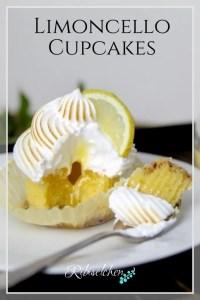 Rezept für Limoncello Cupcakes: knuspriger Nussboden, fluffiger Mandelteig, flüssiger Kern aus Limoncello Curd, getoppt mit einer Zitronen-Meringue! Schmecken himmlisch! #ribiselchen #cupcakes #limoncello #cupcakesrezept