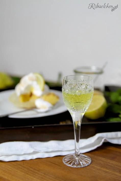 Limoncello Cupcakes mit einem Gläschen Limoncello