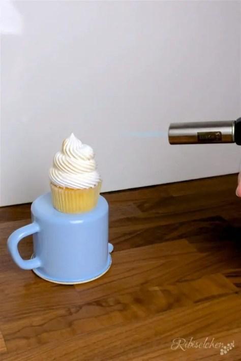 Die italienische Meringue des Limoncello Cupcakes wird geflämmt
