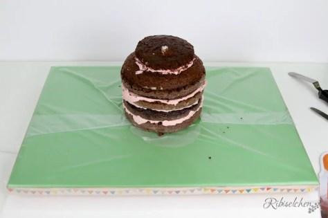 gestapelte Torte auf Tortenplatte