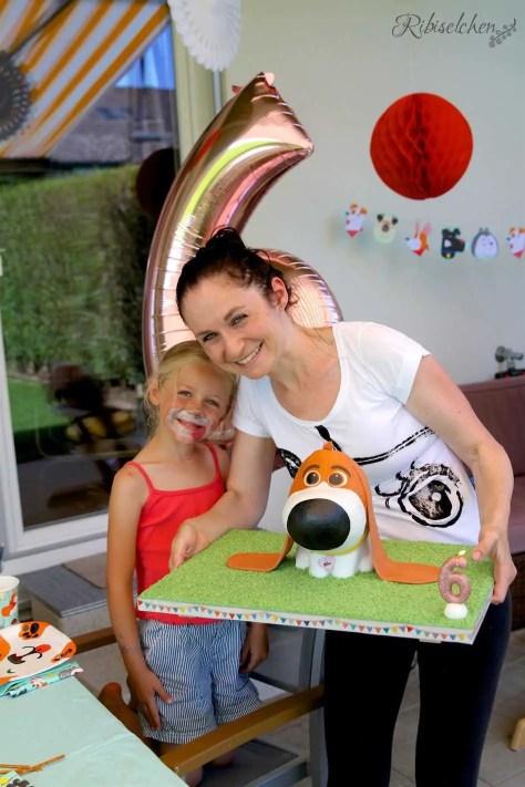 Mama und Geburtstagskind mit der Motivtorte Hund