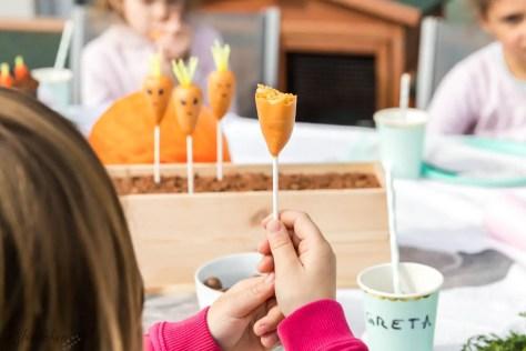 Kind mit Karotten Cake Pops