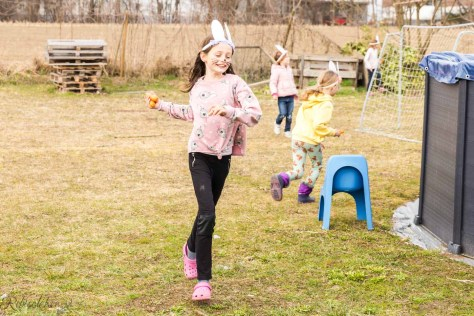 Kind läuft mit Karotten in der Hand